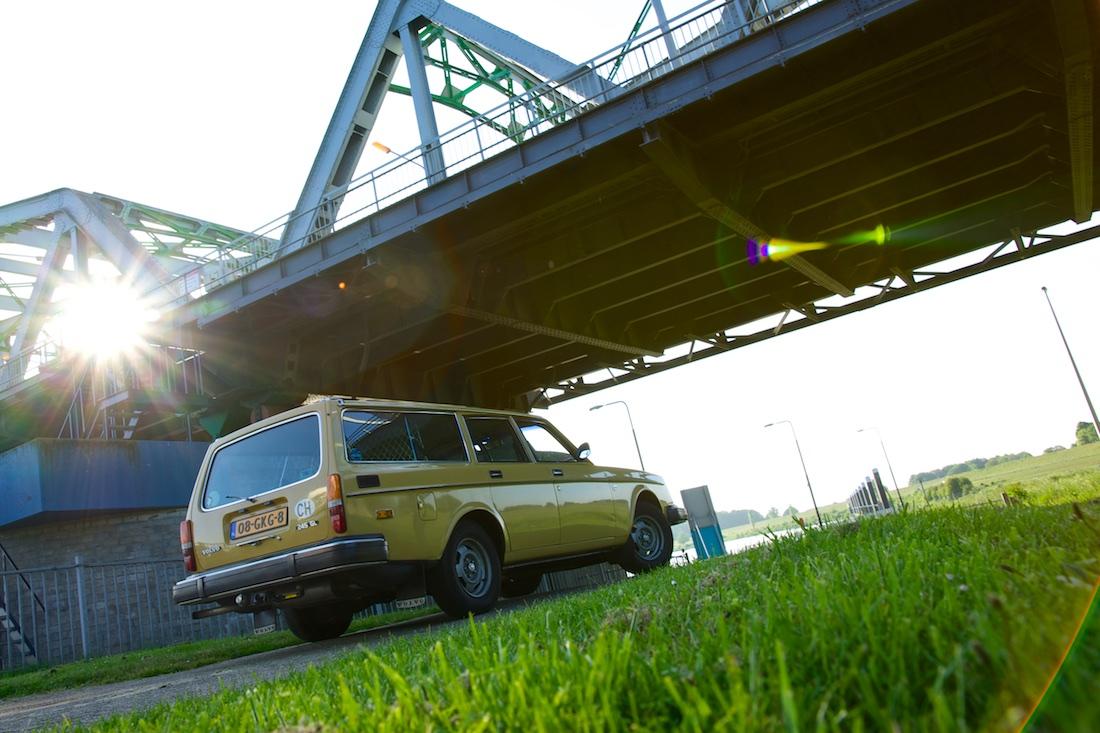 Foto van een Volvo 245 GL onder brug.