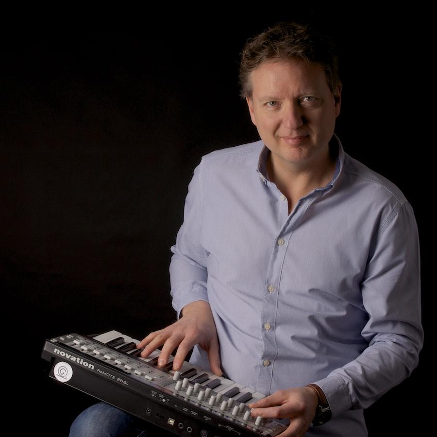 Foto van man met een keyboard op zijn schoot. Het is Jan Pieter van Geersing Muziek.