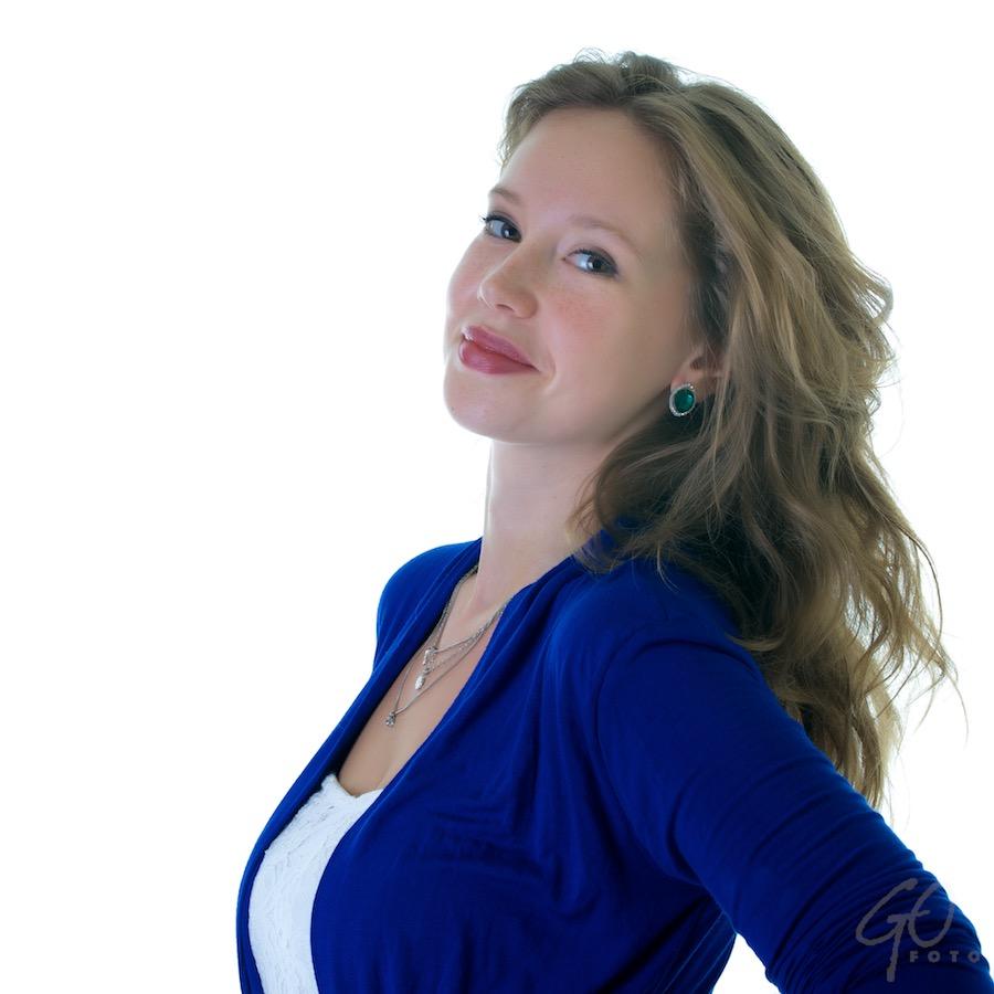 Estelle, een jonge vrouw, in een blauwe trui.